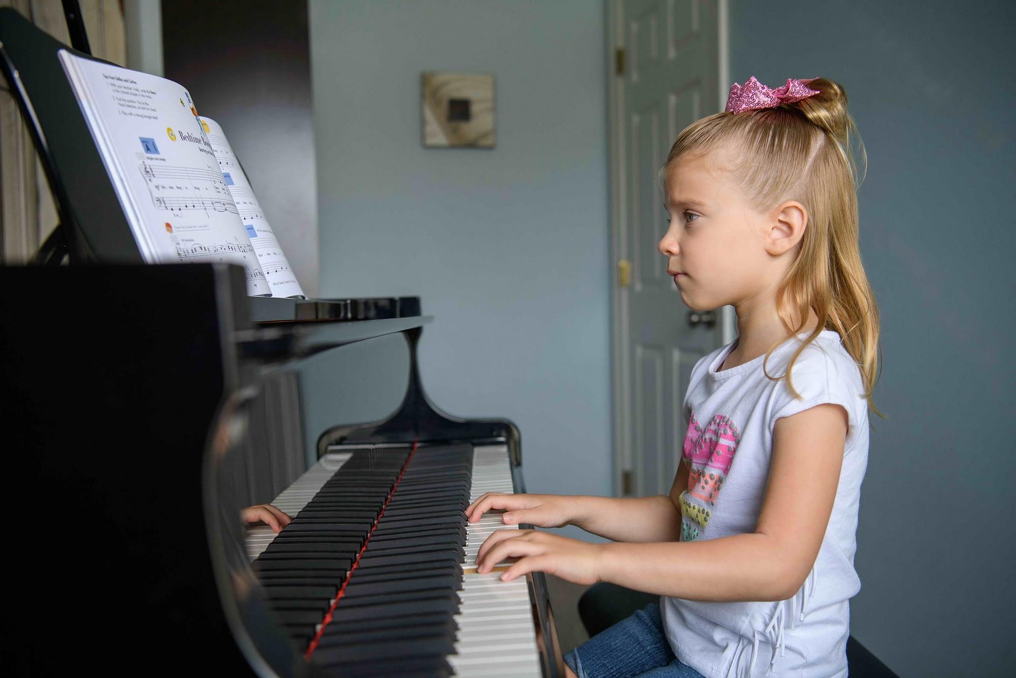 Kindergarten piano lesson